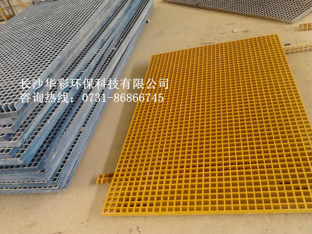 玻璃纤维增强塑料(简称为玻璃钢)模塑格栅是一种以不饱和聚酯树脂(包括间苯型、邻苯型、乙烯基型和酚醛型、双酚A等)为基体,以玻璃纤维粗纱(中碱或无碱)为骨架在定制模具上经过特殊工艺制成的具有一定开孔率的板状材料。